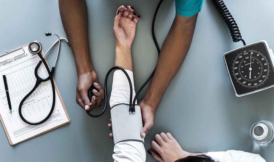 hogyan lehet megkülönböztetni a hipertóniás típust a magas vérnyomástól)