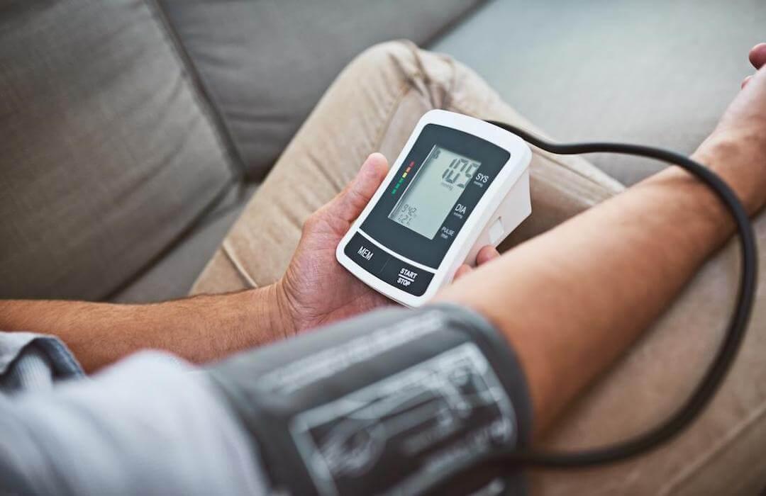 magas vérnyomásban szenvedő férfi)