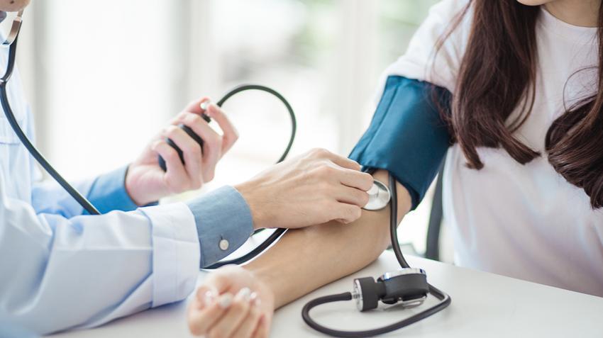 a magas vérnyomás miatt guggol