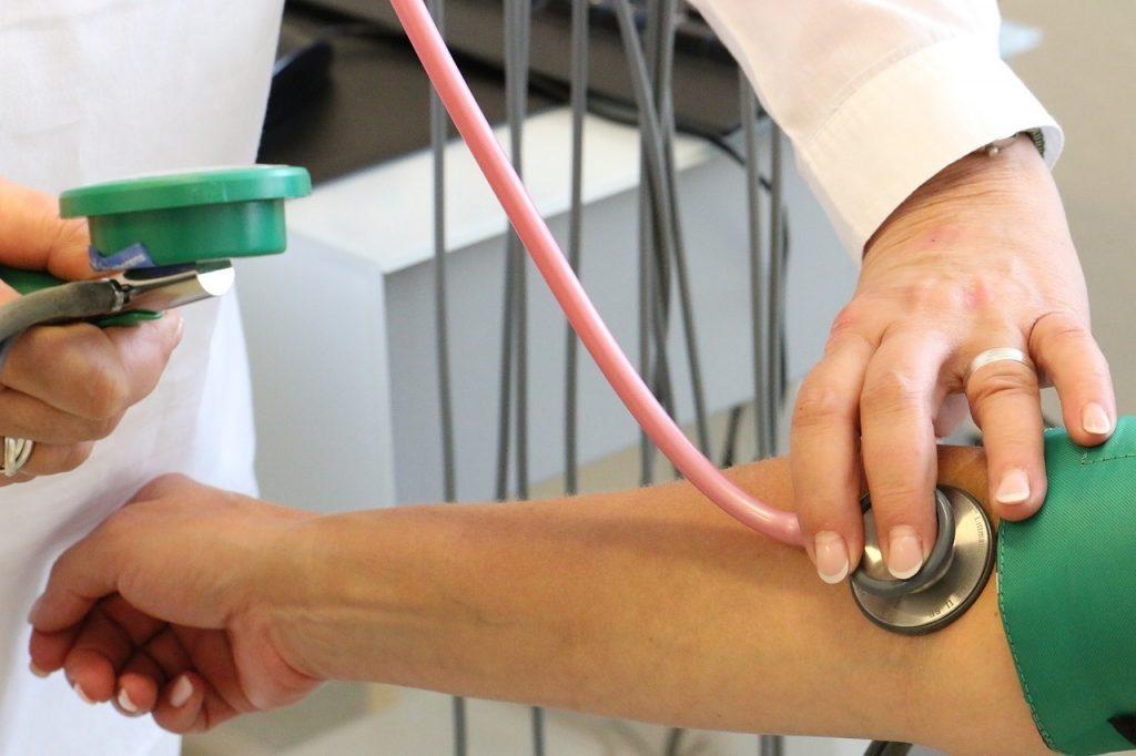 az angina pectoris és a magas vérnyomás kórtörténete